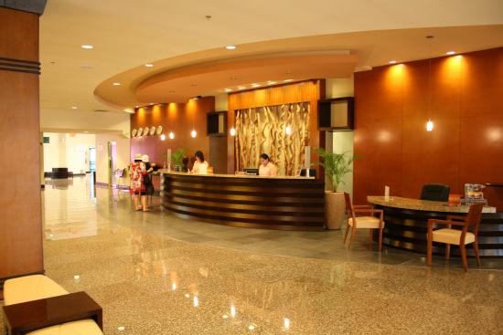 グアムプラザホテルは、グアム旅行はリーズナブルに行きたいけれども、短いグアム旅行を楽しむために移動が便利な立地が良いホテルを考えている方には一押しのホテル